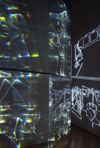 15 CARLO BERNARDINI, FANTASMA DI DUCHAMP 2009, Fibre ottiche, plexiglass, superficie OLF e videoproiezione, cm h 262x138x40, Museo d'arte, Villa Ciani, Lugano.