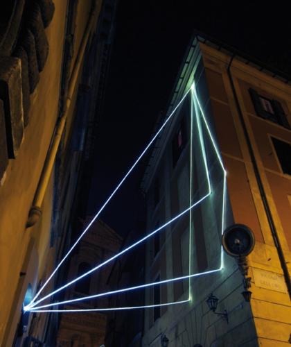 28 CARLO BERNARDINI, LA LUCE CHE GENERA LO SPAZIO 2009 – 2010, Installazione ambientale in fibre ottiche, h da terra mt 14x5x5. Via del Consolato - piazza dell'Oro, Delloro Arte Contemporanea, Roma.