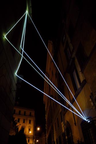 30 CARLO BERNARDINI, LA LUCE CHE GENERA LO SPAZIO 2009 – 2010, Installazione ambientale in fibre ottiche, h da terra mt 14x5x5, Via del Consolato - piazza dell'Oro, Delloro Arte Contemporanea, Roma.