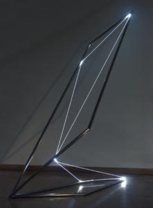 19 CARLO BERNARDINI, Disegno nello spazio 2003, Acciaio inox, fibre ottiche, cm h 240x100x150.