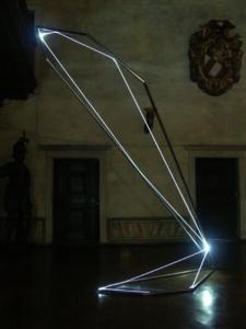 26 CARLO BERNARDINI, STATI DI ILLUMINAZIONE 2005, acciaio inox e fibra ottica, h cm 400x150x100; Gorizia, Castello di Gorizia.
