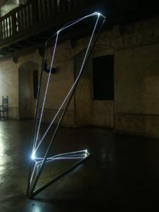 27 CARLO BERNARDINI, STATI DI ILLUMINAZIONE 2005; acciaio inox e fibra ottica, h cm 400x150x100. Gorizia, Castello di Gorizia.