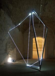 37 CARLO BERNARDINI, ACCUMULATORE DI LUCE 2008, Scultoinstallazione in acciaio inox e fibre ottiche, m h 3x4x2. Gubbio, XXV Biennale di Scultura, Palazzo Ducale.