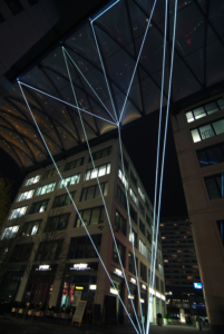 11 Carlo Bernardini, Suspended Crystallization 2010, installazione ambientale in fibre ottiche, mt h 25x21x18; Artlight Festival CityQuartier Domaquarèe, Berlino.