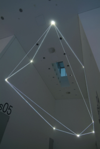 37 Carlo Bernardini, Disegno del Vuoto 2011; installazione in fibre ottiche, mt h (da terra) 7,5x14x5. Bocconi Art Gallery, Università Bocconi, Milano.