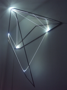 54 Carlo Bernardini, Codice Progressivo 2010; fibre ottiche, acciaio inox, cm h 150x140x35; Delloro Arte Contemporanea, Roma.