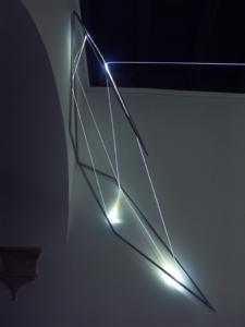55 Carlo Bernardini, Codice Progressivo 2010; fibre ottiche, acciaio inox, cm h 140x80x70; Delloro Arte Contemporanea, Roma.