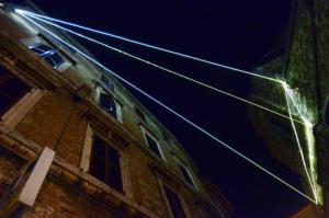 38 Carlo Bernardini Corporeità della Luce, 2013 Fibre ottiche, mt h 7 x 20 x 6,5. Perugia, Via dei Priori - Torre degli Sciri