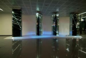 07 CARLO BERNARDINI, Light Waves 2008, Prismi in vetro stratificato, fibre ottiche, superficie olf, videoproiezione, audio mt h 3,40x8,50x2; Brindisi, Aeroporto del Salento.