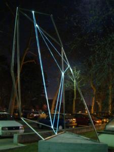 39 CARLO BERNARDINI, Divisione dell'Unità Visiva 2002 Acciaio, fibre ottiche, mt h 4x3x4,5; Viale dei Platani, Castellanza(VA).