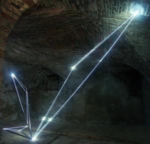01 CARLO BERNARDINI, Catalizzatore di Luce 2005, acciaio inox e fibre ottiche, m h 3x4x6 (punto di vista bidimensionale). Castelbasso, Fondaco-Palazzo Pirocchi.