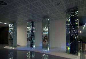 03 CARLO BERNARDINI, LIGHT WAVES 2008. Prismi in vetro stratificato, fibre ottiche, superficie olf, videoproiezione, audio; mt h 3,40x8,50x2, Brindisi, Aeroporto del Salento.