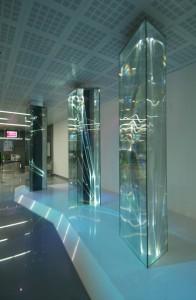 06 CARLO BERNARDINI, LIGHT WAVES 2008. Prismi in vetro stratificato, fibre ottiche, superficie olf, videoproiezione, audio mt h 3,40x8,50x2, Brindisi; Aeroporto del Salento.