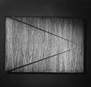 06 CARLO BERNARDINI, Superficie virtuale con linee di luce:ombra 1996, pigmenti in polvere acrilici bianchi e fosforo su tavola, cm h 70x100 (al buio).