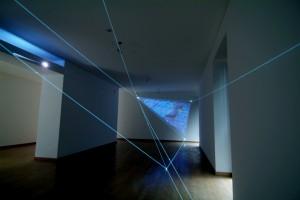 07 CARLO BERNARDINI-MANU SOBRAL, LA QUARTA DIREZIONE DELLO SPAZIO 2008, project 2004, fibre ottiche, video interattivi, audio, m h 3x5x13; Milano, Galleria Bruna Soletti.