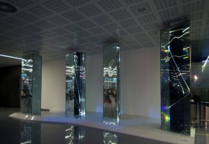 09 CARLO BERNARDINI, Light Waves 2008. Prismi in vetro stratificato, fibre ottiche, superficie olf, videoproiezione, audio; mt h 3,40x8,50x2, Brindisi, Aeroporto del Salento.