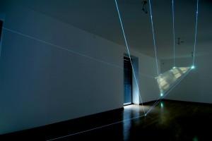 09 CARLO BERNARDINI-MANU SOBRAL, LA QUARTA DIREZIONE DELLO SPAZIO 2008; project 2004, fibre ottiche, video interattivi, audio, m h 3x5x13; Milano, Galleria Bruna Soletti.