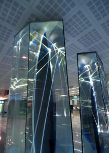 10 CARLO BERNARDINI, Light Waves 2008, Prismi in vetro stratificato, fibre ottiche, superficie olf, videoproiezione, audio mt h 3,40x8,50x2, Brindisi, Aeroporto del Salento.
