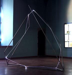 26 CARLO BERNARDINI, Catalizzatore di Luce  2007, fibre ottiche e acciaio inox; h cm 260x90x280. Pavia, Museo Civico, Castello Visconteo.