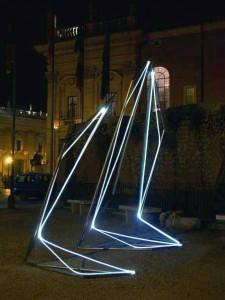 28 CARLO BERNARDINI, Linea di Luce 2003 Acciaio, fibre ottiche, mt h 4x2x5; Piazza del Campidoglio, Roma.
